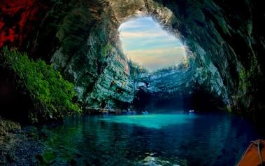 Cueva de Melissani, el lago azul en medio de una isla