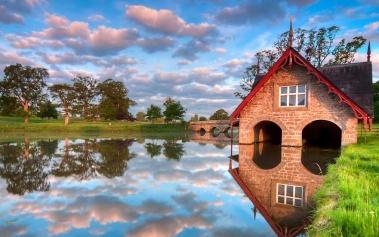 Carton Boat House: una casa de cuento al borde del río