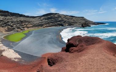 Charco de los Clicos: arena negra y un lago verde