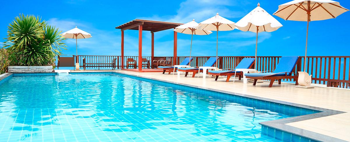 Piscinas en las alturas diez azoteas de espa a que debes for Las mejores piscinas municipales de madrid