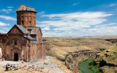 Descubre esta ciudad con 1001 iglesias en ruinas en Turquía