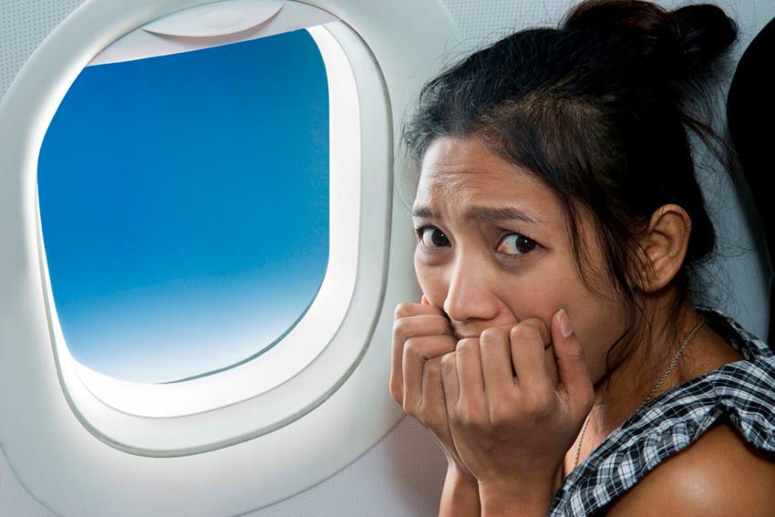 Chica asustada, una de las cosas que no debes hacer en un avión