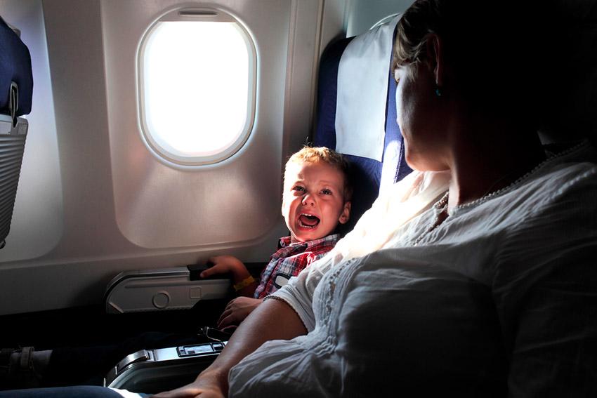 Niño llorando en un avión, una de las cosas que no debes hacer en un avión