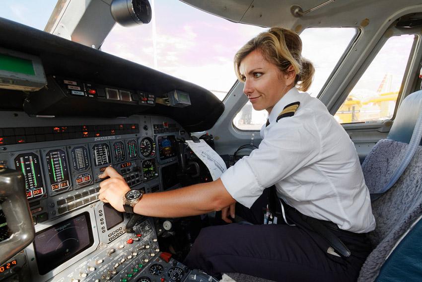 Piloto mujer, una de las cosas que no debes hacer en un avión