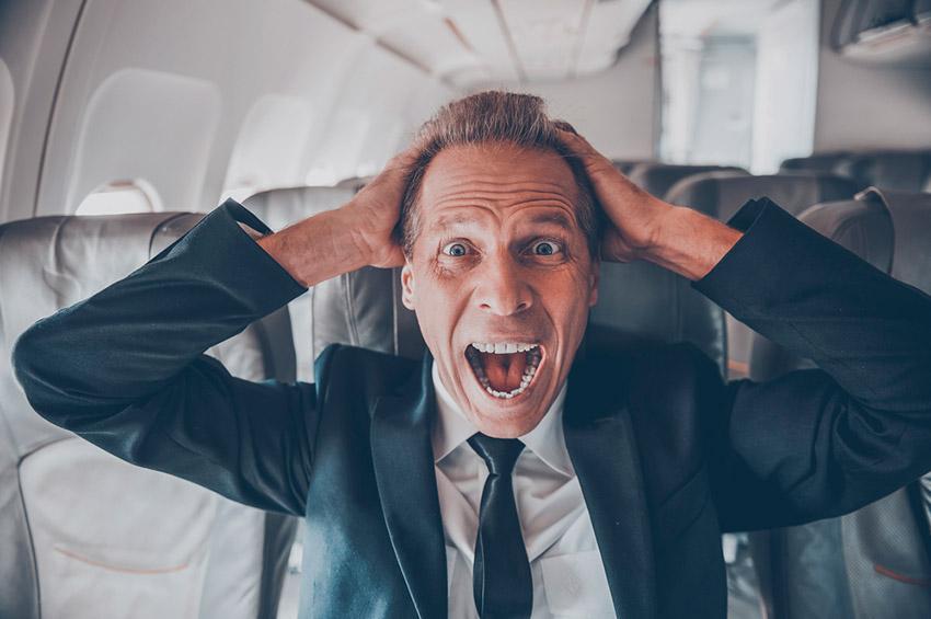 Hombre gritando, una de las cosas que no debes hacer en un avión