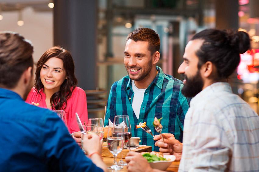 Amigos cenando en un restaurante, una de las costumbres españolas
