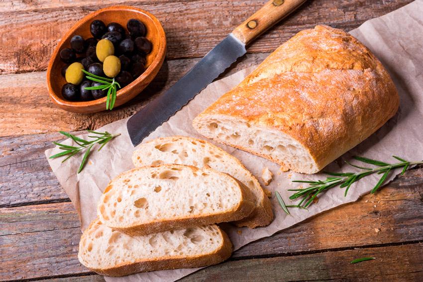 Acompañar la comida con pan, una de las costumbres españolas