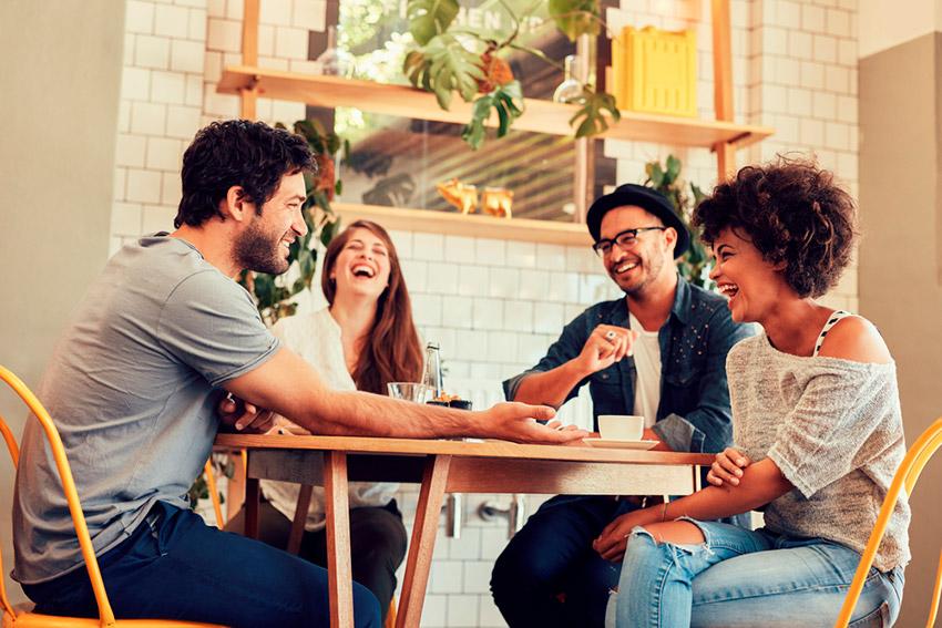 Amigos hablando después de comer, una de las costumbres españolas