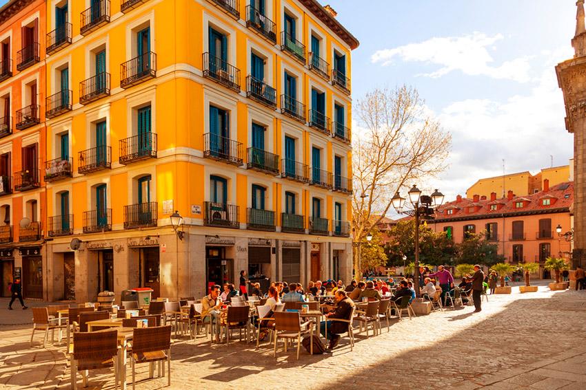 Una de las plazas de Madrid, una de las costumbres españolas