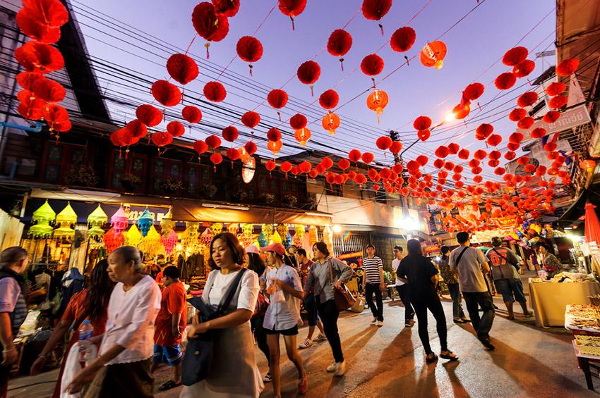 Compras, uno de los preparativos de cómo se celebra el Año Nuevo Chino