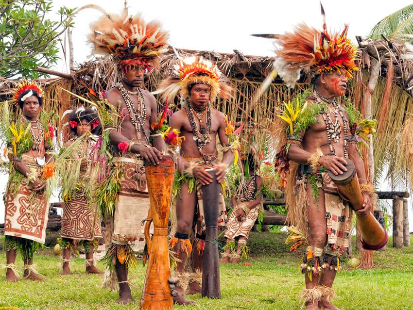 Tribu de Nueva Guinea, uno de los lugares donde existe una de las lenguas del mundo a punto de desaparecer