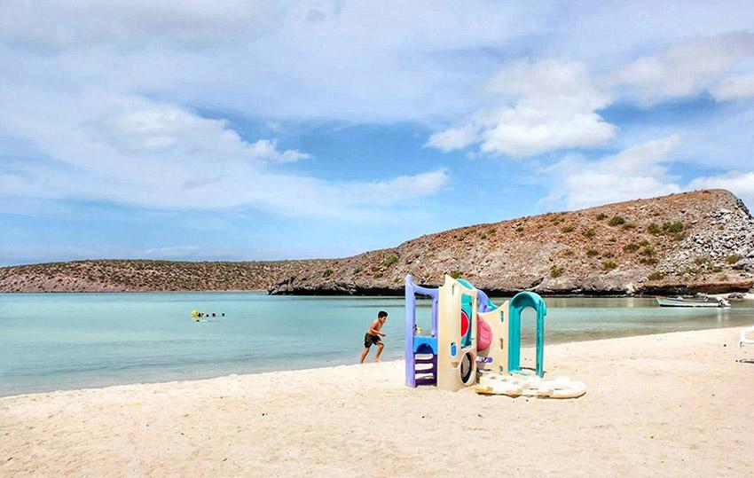 Playa El Tesoro, una de las playas donde practicar yoga en México