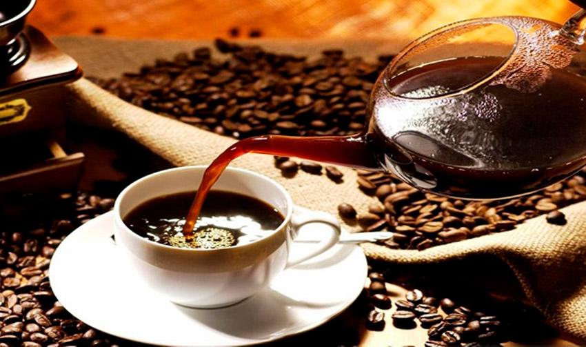 No tomar café, uno de los consejos para combatir el jet lag