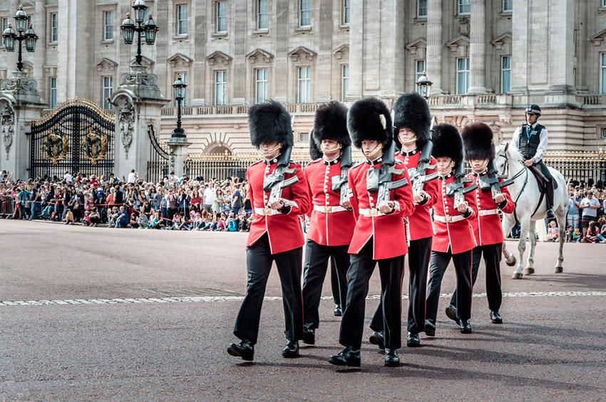 Cambio de Guardia, una de las cosas que visitar en el Palacio de Buckingham