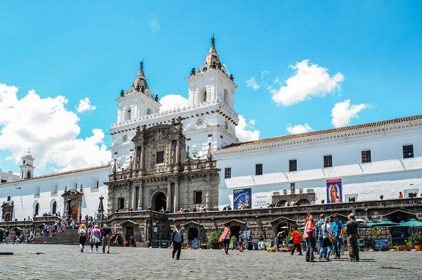 Plaza de San Francisco, uno de los lugares que tienes que visitar en Quito