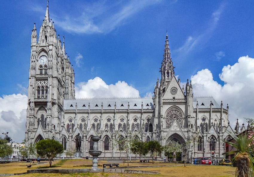 Basílica del Voto Nacional, uno de los lugares que tienes que visitar en Quito