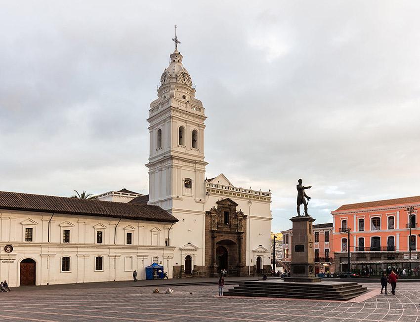 Plaza de Santo Domingo, uno de los lugares que tienes que visitar en Quito