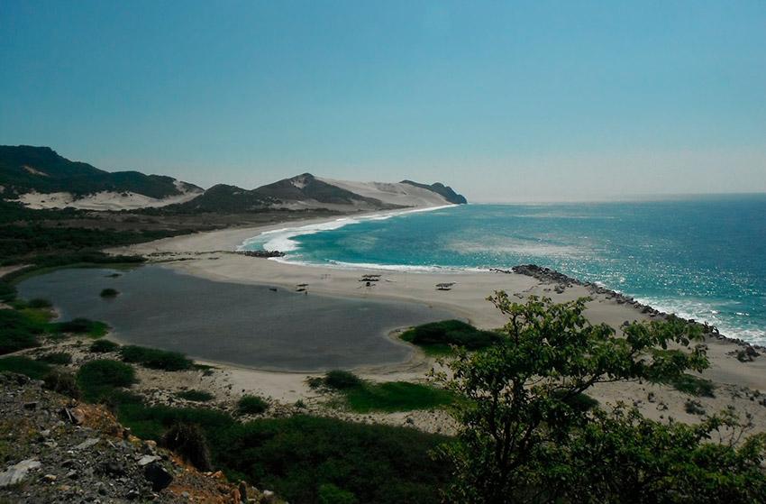 Playa Chipehua, una de las playas tranquilas en Oaxaca