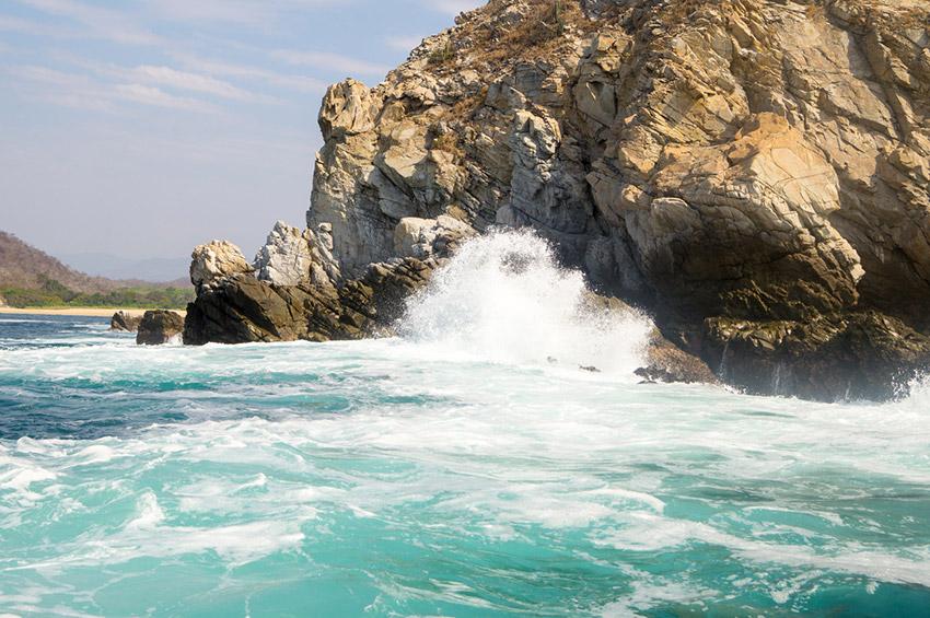 Bahía Cacaluta, una de las playas tranquilas en Oaxaca