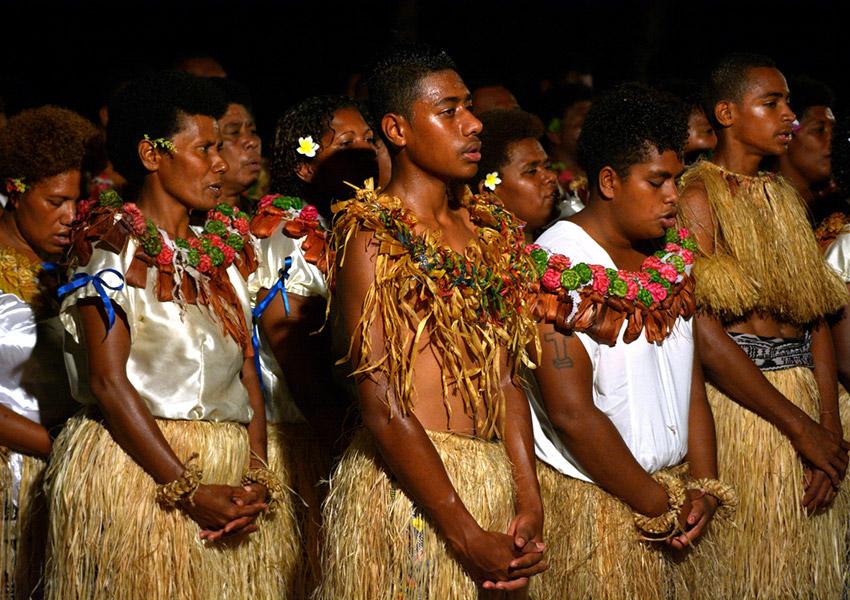 Flores en el cabello para las mujeres, una de las cosas qué hacer en Fiji
