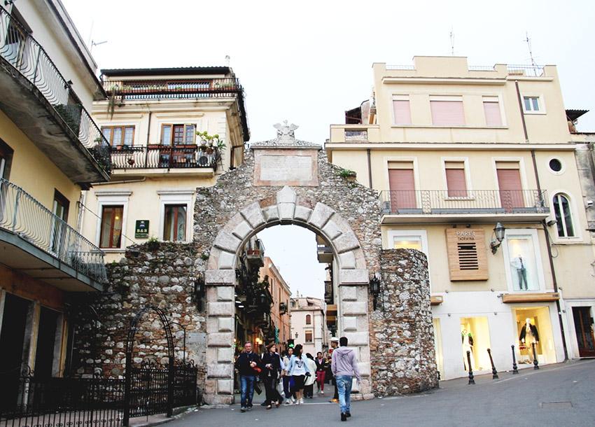 Porta Messina, uno de los lugares de Taromina y uno de los rincones que no puedes perderte en Sicilia