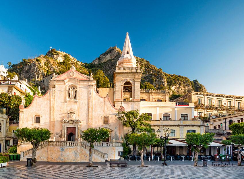 Piazza 9 Aprile, uno de los lugares de Taromina y uno de los rincones que no puedes perderte en Sicilia