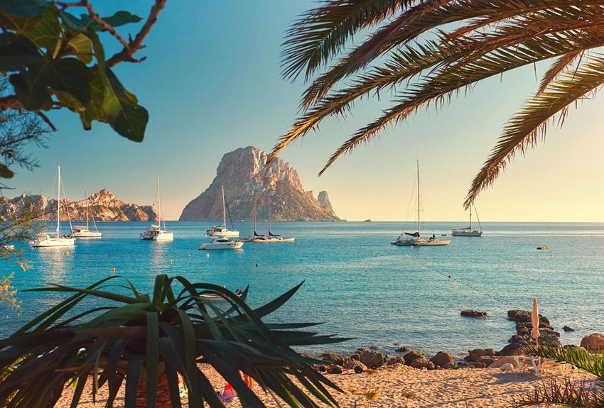 Ibiza, uno de los destinos para viajar con tus amigos este verano