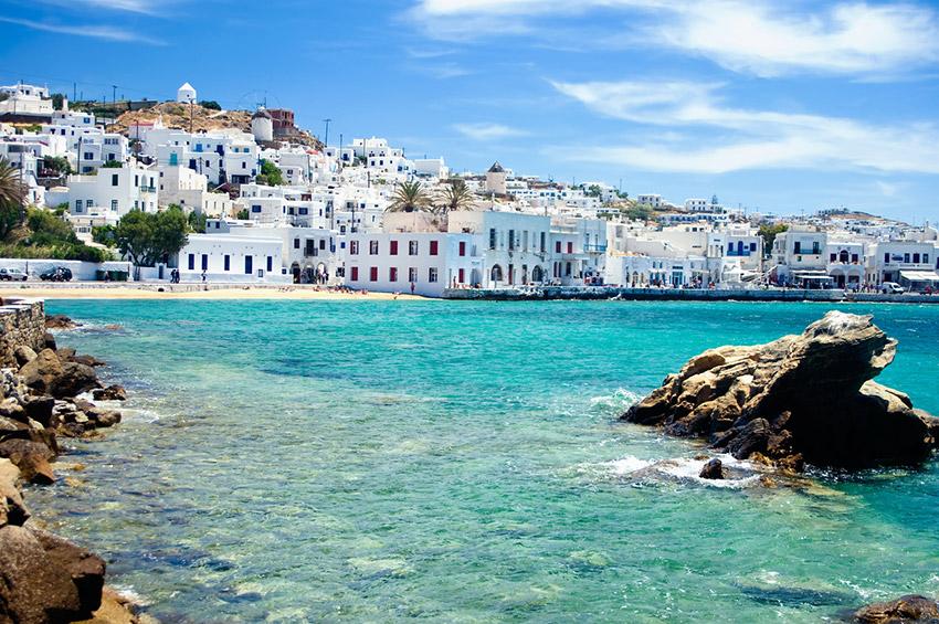 Mykonos, uno de los destinos para viajar con tus amigos este verano