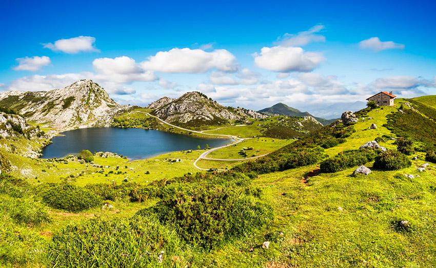 Picos de Europa, una de las rutas para viajar en moto este verano