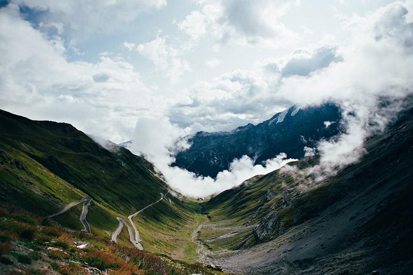 Paso de Stelvio, una de las rutas para viajar en moto este verano