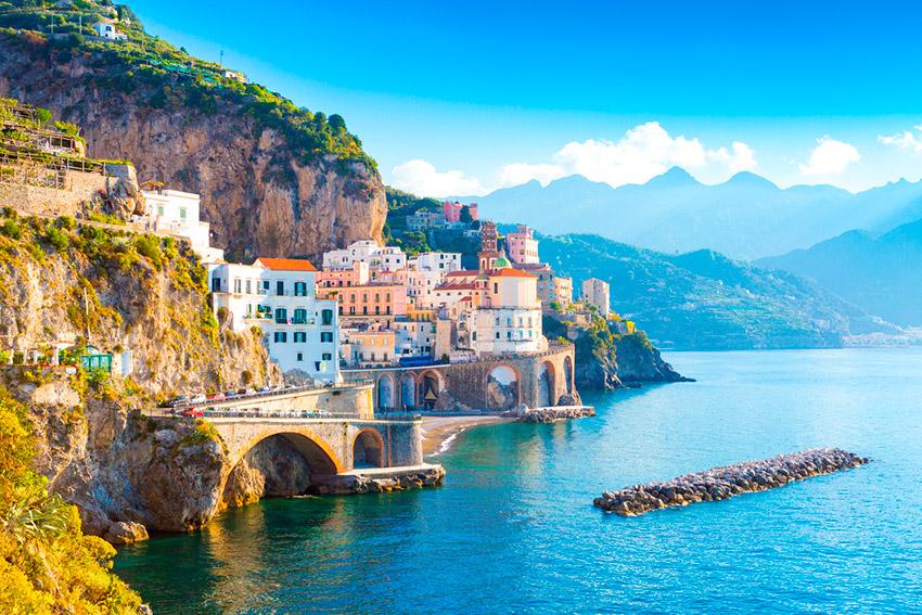 Amalfi, una de las rutas para viajar en moto este verano